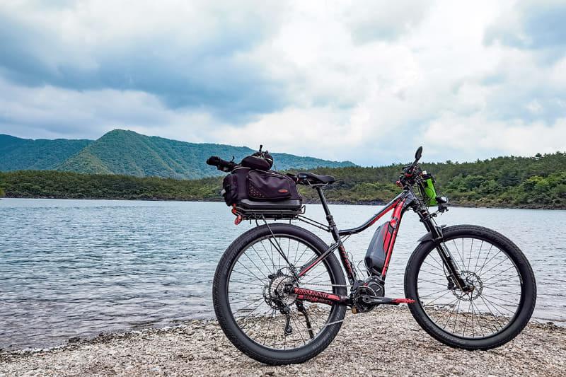 西湖東端から4kmほど走ると釣りポイントです。雲がなければ正面に富士山が見える場所です