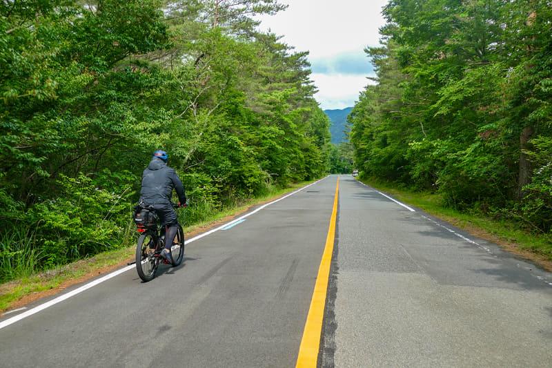 西湖は1周で約10km。e-bikeなら30分くらいで周れちゃいます。ゆ~っくりでも1時間。途中、樹海の中を走る道もあり、野鳥の声とマイナスイオンに包まれてサイクリングを楽しめます