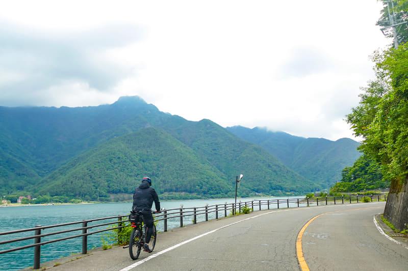 西湖周辺は河口湖と比較すると閑散としており、クルマも少ないのでノンビリとサイクリングできます