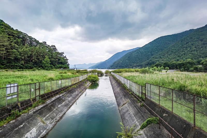 西湖の東端には、西湖から湖水が流れ出す川があります。川は河口湖につながっています