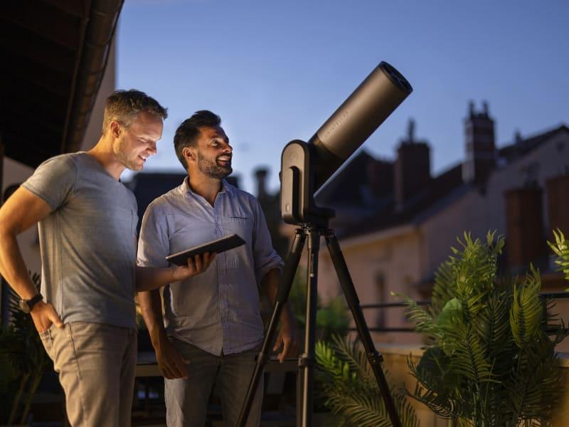 アプリに表示された見たい天体をタップするだけで、本機が自動的にレンズの向きを調整する