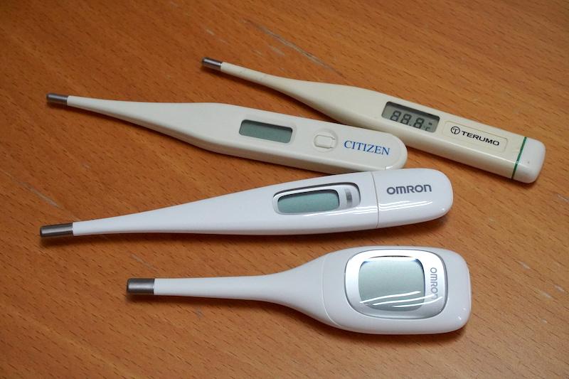 わが家に現存する体温計たち。耳式体温計も含めあと何本かあったはずだが、見つからなくなっている