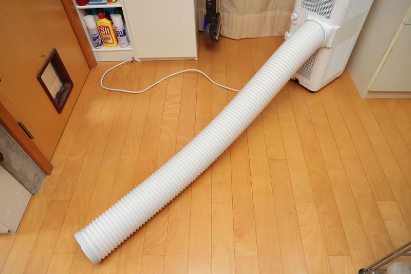 付属のダクトパイプを使って背面からの熱気を窓の外などに排出すれば、より効率良く室内の空気を冷やすことができます