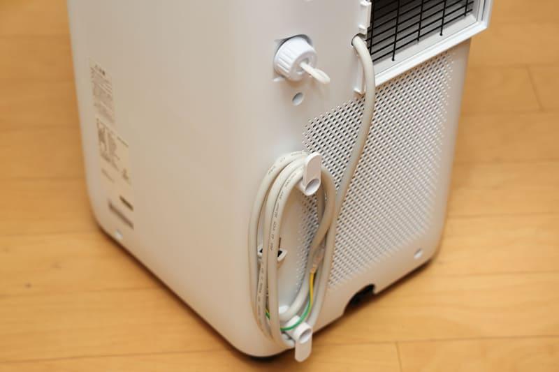 付属のコードフック×2個を付属ネジで止めれば電源コードをまとめておくことができます