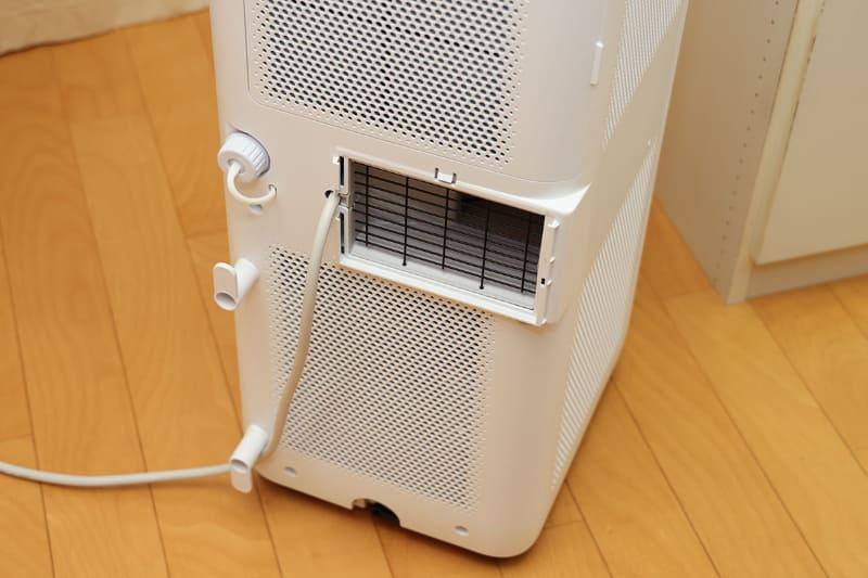 「ポータブルクーラー IPA-2221G」の背面にある四角い排気口に排気ダクトをつなぎます