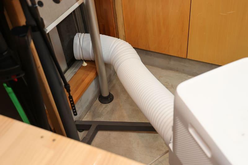 稼働中は排気により室内が負圧(陰圧)になるため、窓の隙間から外気がけっこう入ってくるのもあると思います。「ダクトを窓の外に向けただけ」という使い方では冷房の効率はあまり良くないようです