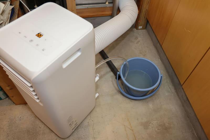 排水ホース取付口が高めの位置にあり、ホースもやや長めのものが使えるので、ドレン水を受ける容器を交換するのも容易です