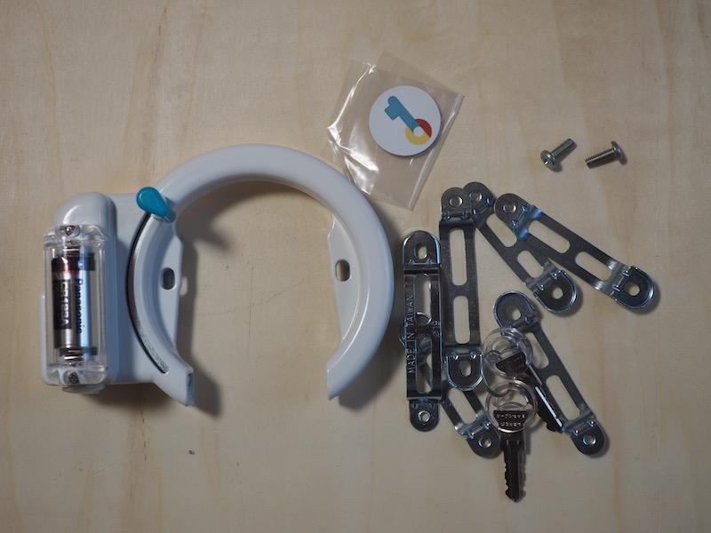 本体や取り付け用の金具、鍵などが同梱する