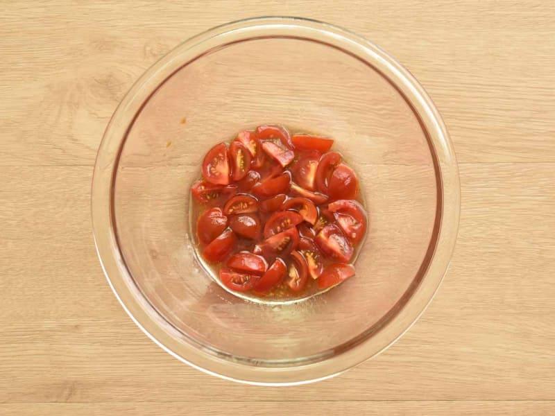 トマトを軽く潰すことがポイントです