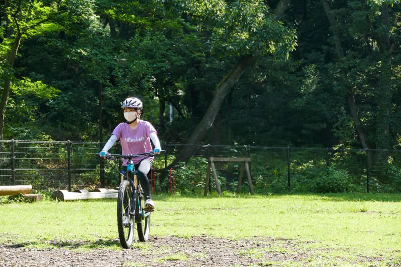 e-bike初体験なのでまずは敷地内で練習する莉央さん。アシストの強さとスムーズさに、マスク越しにもわかるくらい笑顔で戻ってきました