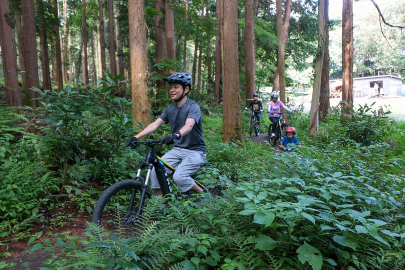 一番フラットなコースなら、自転車に乗れる人なら誰でも走れるレベル。でもしっかり縦の動きもあってMTBならではの楽しさが味わえます。蒼悟くんもd-bikeでe-bikeと一緒に走ります