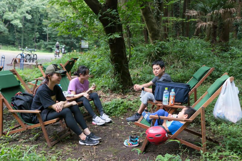 木陰に設置されている椅子に座ってランチタイム。みんなで遊んだ後なので会話も弾みます