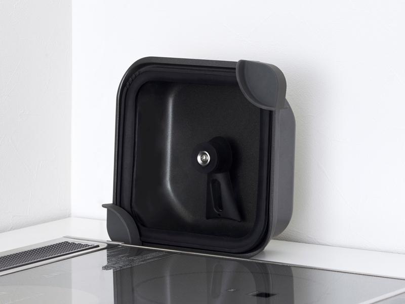 側面で自立し、収納しやすい鍋