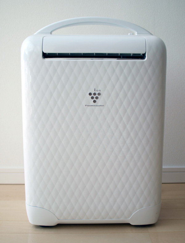 空気中の湿気を回収する「除湿機」。写真はシャープの「コンビニクーラー CV-W80CH」