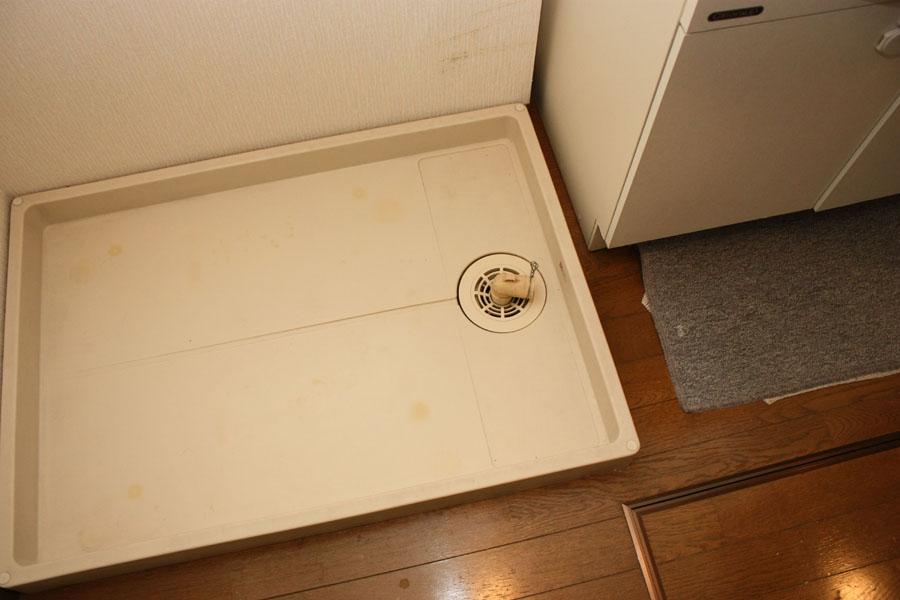 防水パンにある排水口の位置を確認。我が家の場合、右隅。この場合、特別なオプションの購入は必要ない