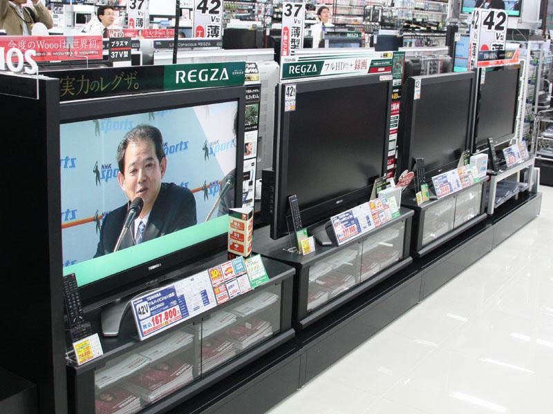 地デジ放送に対応したテレビも対象となる。写真はビックカメラ新横浜店のものだが、値札の近くにある緑色のパネルが「統一省エネラベル」となる