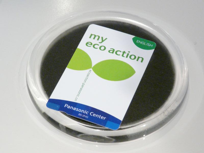 環境コーナーを見学する希望者には「my eco action」カードが手渡される