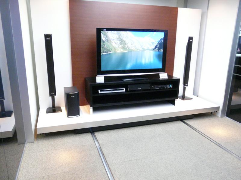 テレビの位置を移動させることができる展示。大画面テレビの最適な視聴環境を提案する