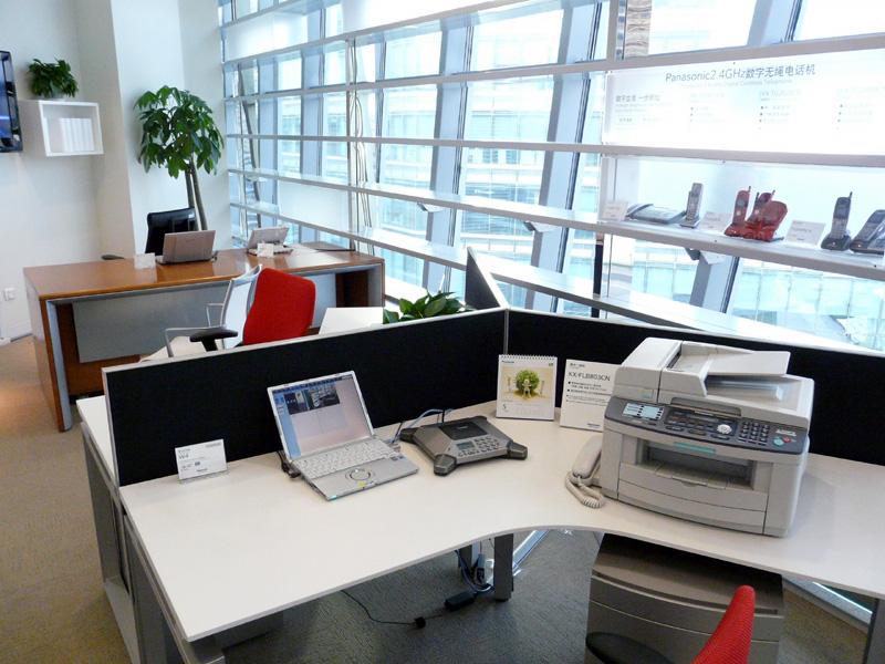 家庭内利用の展示提案に留まらず、オフィスをイメージした展示も行なっている
