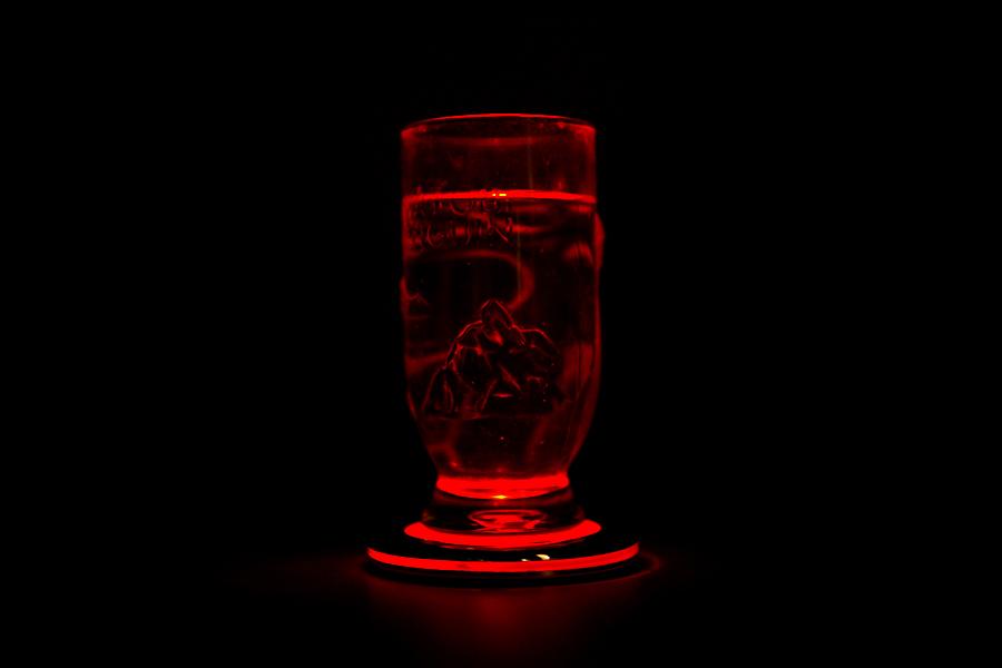 周辺光量を落としてライトアップしてみたところ。コップの隅々まで光り輝いている