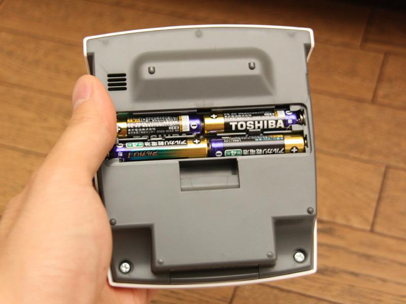 電源となる電池は、表示部の内部にセットする
