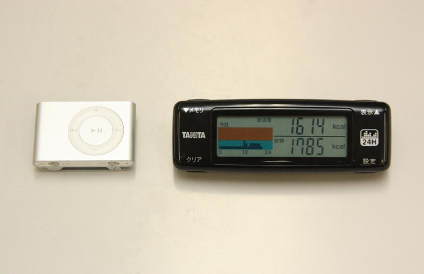 カロリズムとiPod shuffle (左)を比較。本体は30×13×88mm(幅×奥行き×高さ)と、一般的な歩数計とほとんど同じサイズ