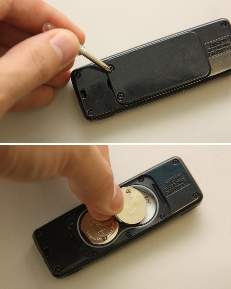 """付属のドライバーを使って電池カバーを開け、ボタン型電池を入れる。電池の寿命は約9カ月だが、同梱の電池は""""お試し用""""のため、それよりも早く切れる可能性もあるとのこと"""