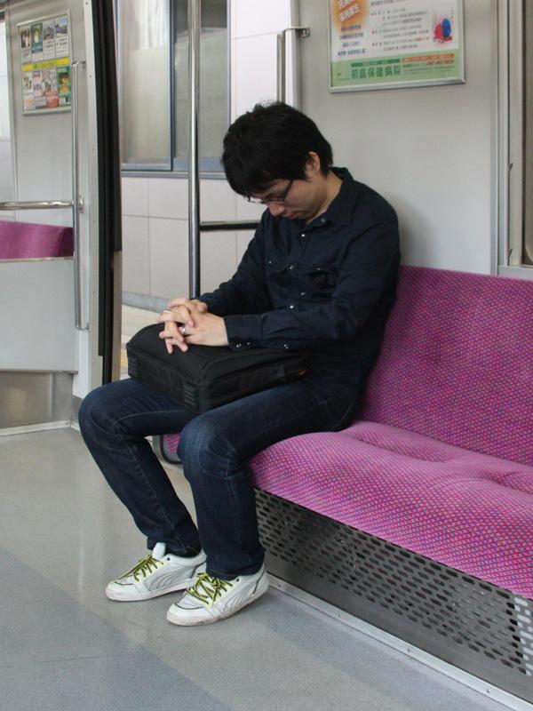 立っていても座っていても、消費エネルギーはさほど変わらない。疲れたら座っておくのが良いだろう(イメージ写真)