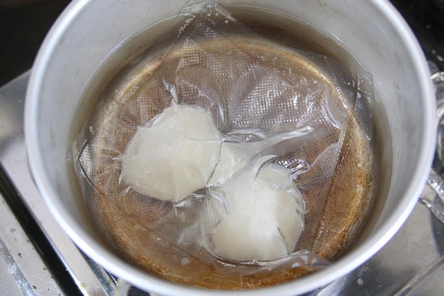 小さな袋を作り、1個ずつ真空パックしておいた餅を鍋のお湯の中へ