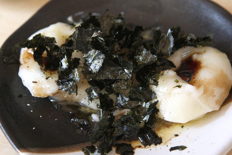 取り出したお餅は、バター、醤油、もみ海苔で味付け