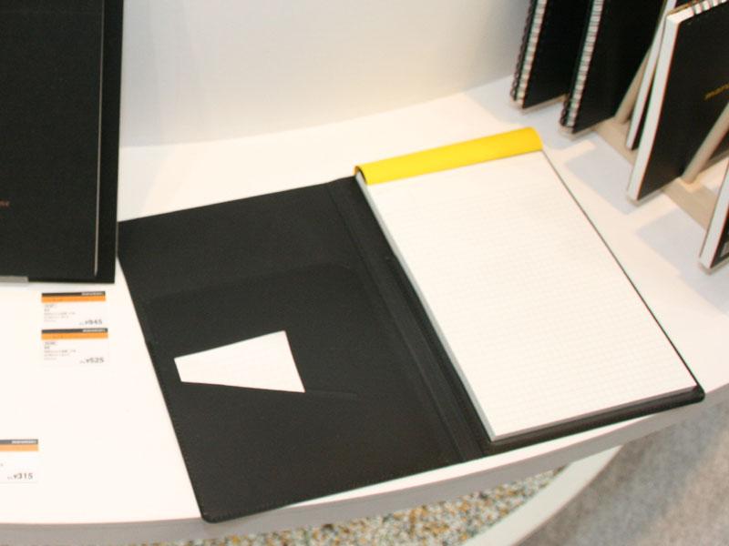 ファイルとメモがセットになった「NOTE PAD」。A4サイズの価格は1,575円