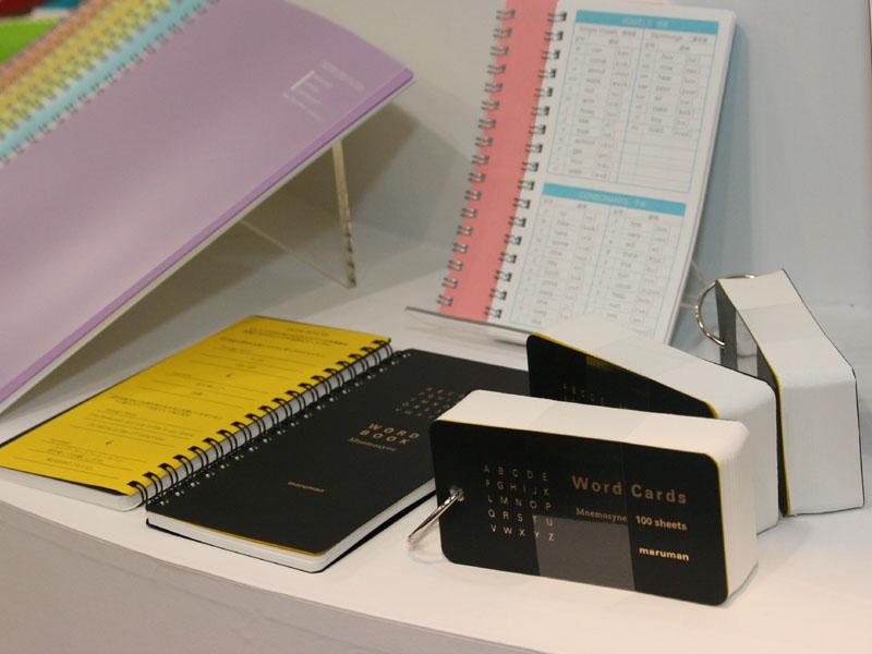 単語帳など学習用の製品も用意されている。ワイヤ綴じタイプは315円、リング綴じタイプは262円