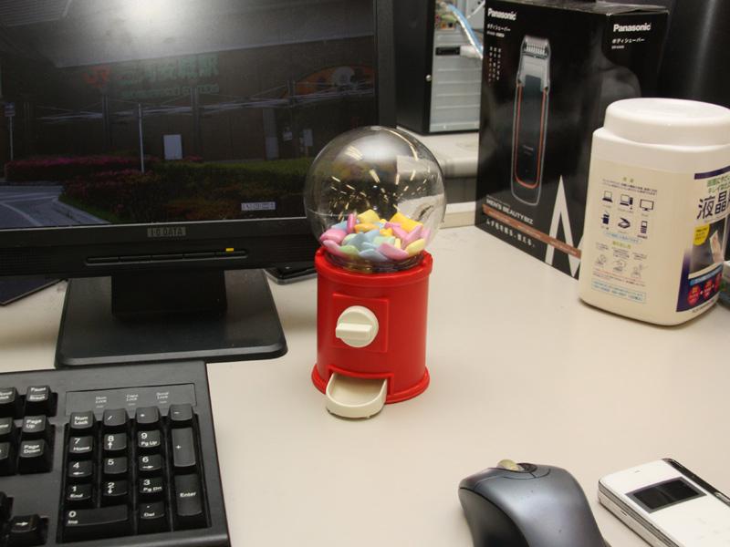 デスクの上に置いたところ。面白味のない机が華やかになった。さっそく同僚から「ガムちょうだい」という声がかかった