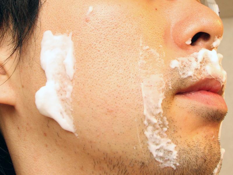 頬のヒゲがワンストロークでキレイに剃れた。シェービングクリームは忘れずに