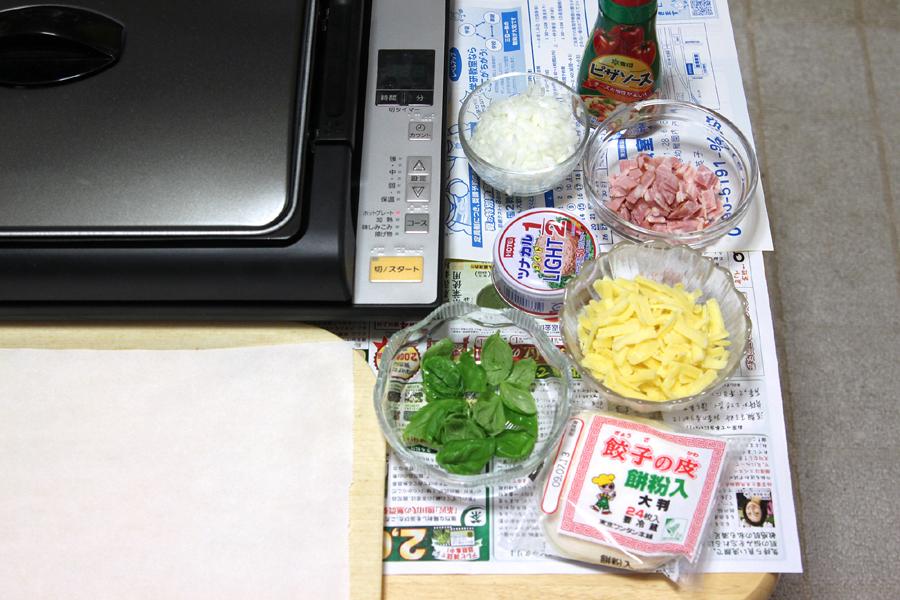 餃子の皮を使って、ピザを作るのだ。レシピではコーンやオリーブも使っている