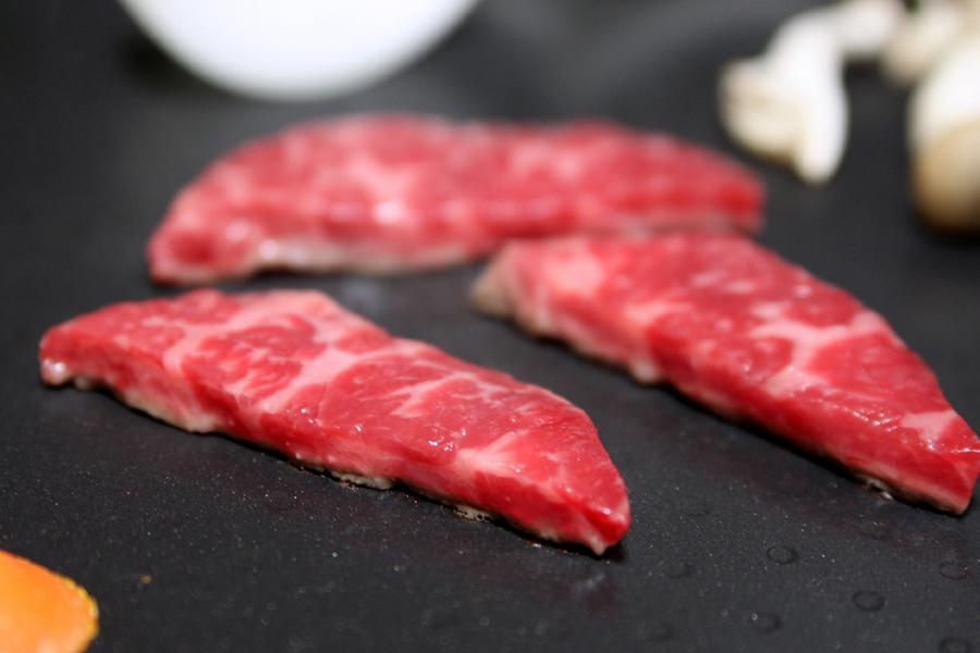 中央部で肉を焼いてみた。音といい、焼け具合といい、かなり調子いい