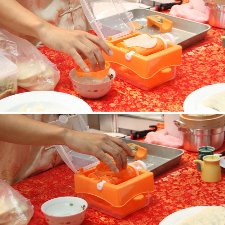 まずは本体のローラー上に餃子の皮をセットし、「水ハンコ」という部品を使って皮に水を付ける