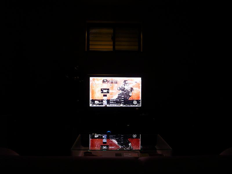 消灯したところ。TV画面以外は真っ黒なので没入感は高まるが、明暗の差が激しいと目が疲れる
