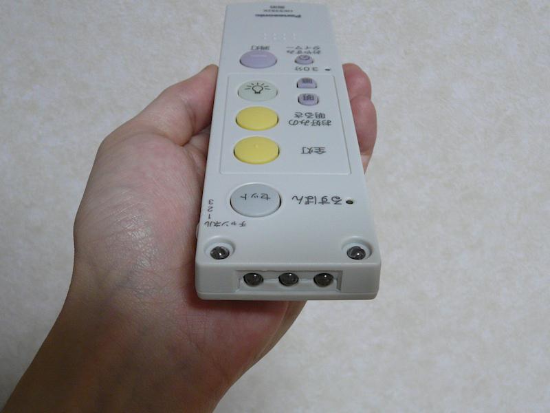リモコンの送信部は先端だけじゃなく、上面にもあるので、テーブルに置いたままで使うことができる