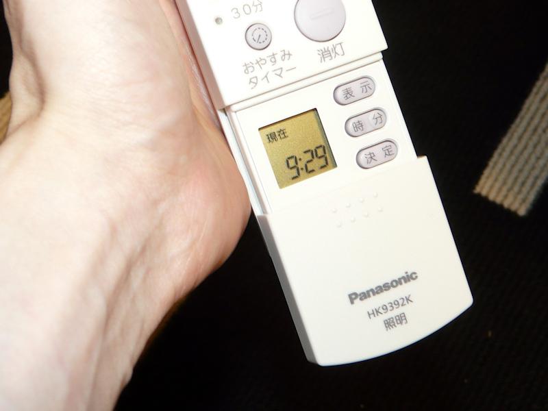 下部のフタをスライドさせると、留守番モードで使う液晶とボタンが現われる