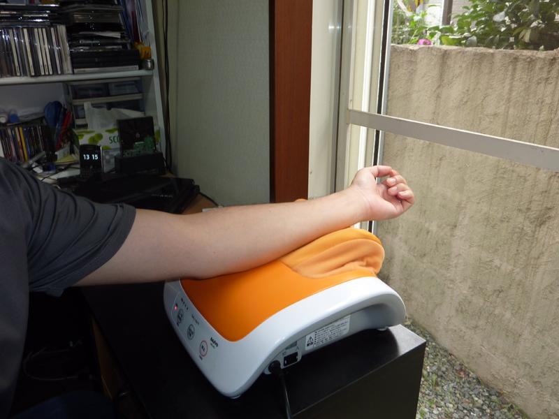 テーブルやサイドデスクなどに設置して腕のマッサージにも使える