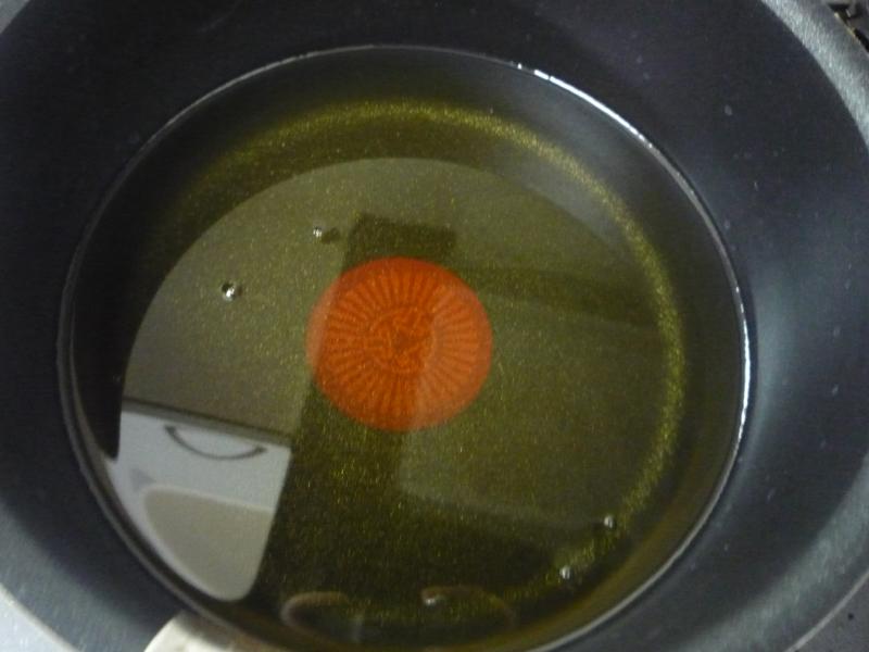 鍋に移したところ。やや黄みがかっているものの古い油特有のニオイなどはない
