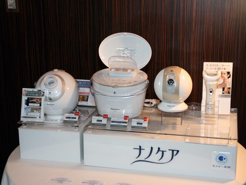 今回公開された美容家電製品。左からナイトスチーマー、イオンスチーマー、デイモイスチャー、ローラー式美容器