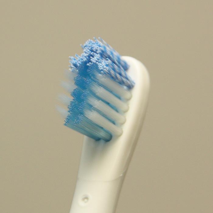 効果的に歯垢が除去できるよう3種類の毛を組み合わせた「トリプルクリアブラシスリム」。使用感は固め