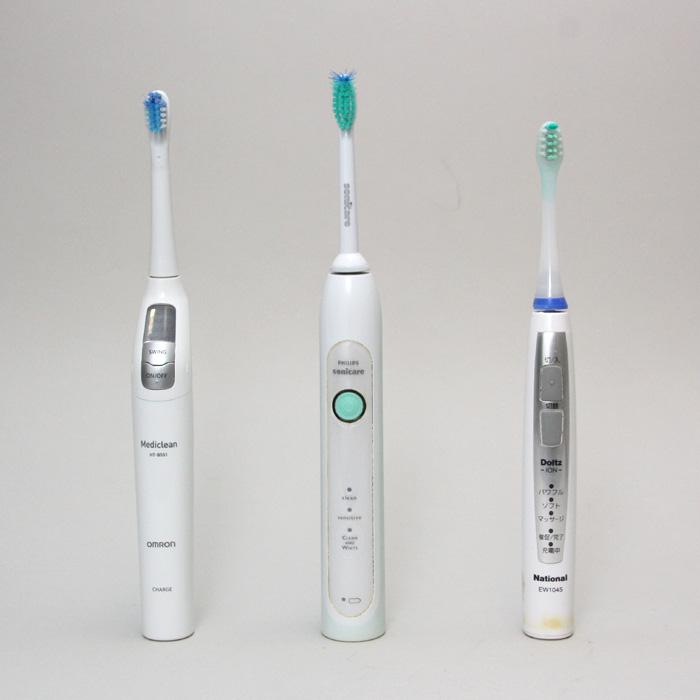HT-B551/550は、オムロンでは珍しい1万円以上の高級電動歯ブラシとなる(写真は他社製品との比較。中央はフィリップス「ソニッケアー ヘルシーホワイト」、右はパナソニック「ドルツ イオン EW1045」)