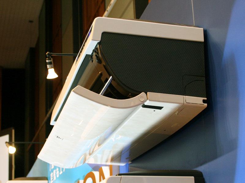 シャープのエアコンの特徴である、「上下両開きロングパネル」。冷房は上から、暖房は下から風を吹き出す(写真は2008年モデル)
