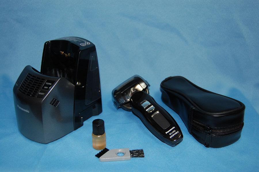 パナソニックの最新型シェーバー「ラムダッシュ ES-LA92」。本体、自動洗浄システムを兼ねた充電器、持ち運び用ケース、お手入れキットなどが付属する
