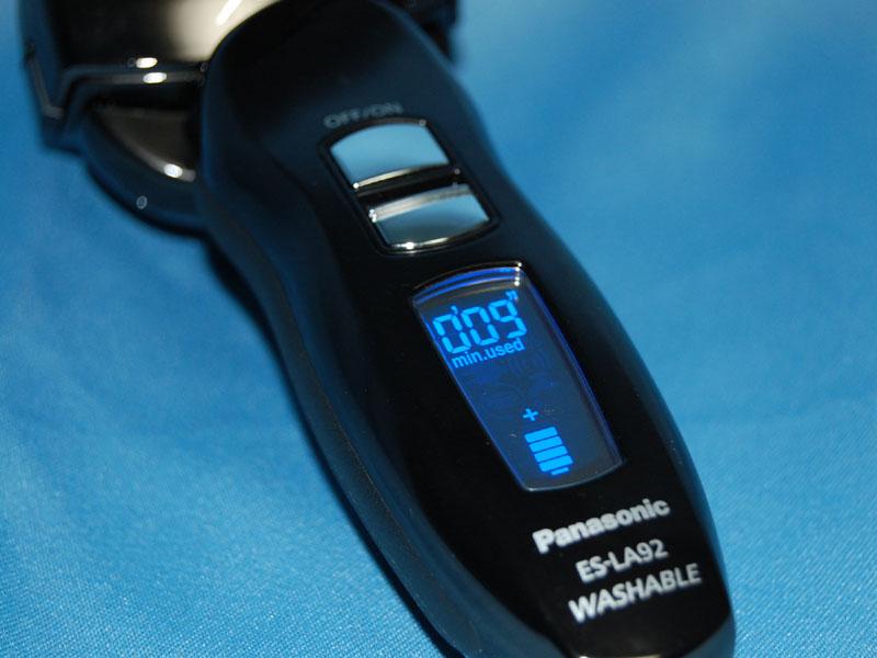 液晶パネルを搭載し、充電レベル、稼働時間、替え刃の交換時期などを知らせてくれる