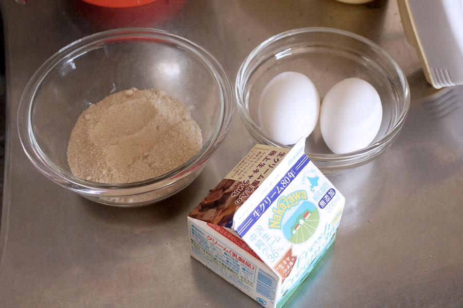 これがアイスクリームの材料となる。左から砂糖、卵、生クリーム
