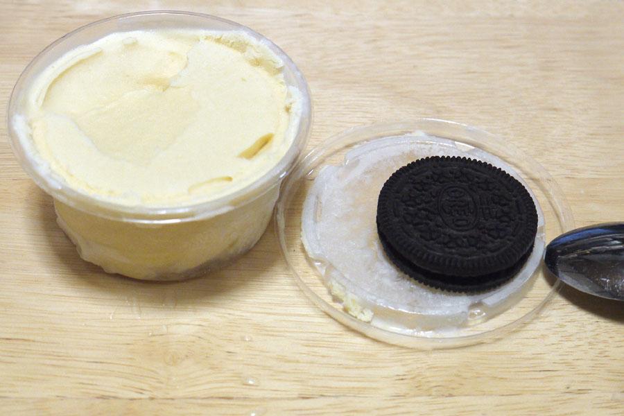 完成したアイスクリームをさらに小分けして冷やした状態。事前に泡立てていなくても、ボリュームは変わらない
